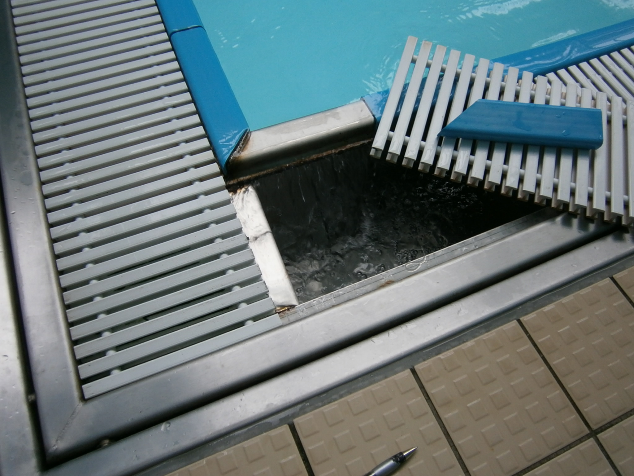 Stainless steel deck level pool design - Swimming pool deck drain channels ...